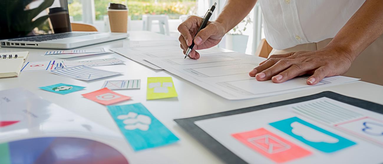 Woman designing web page- Agence digital