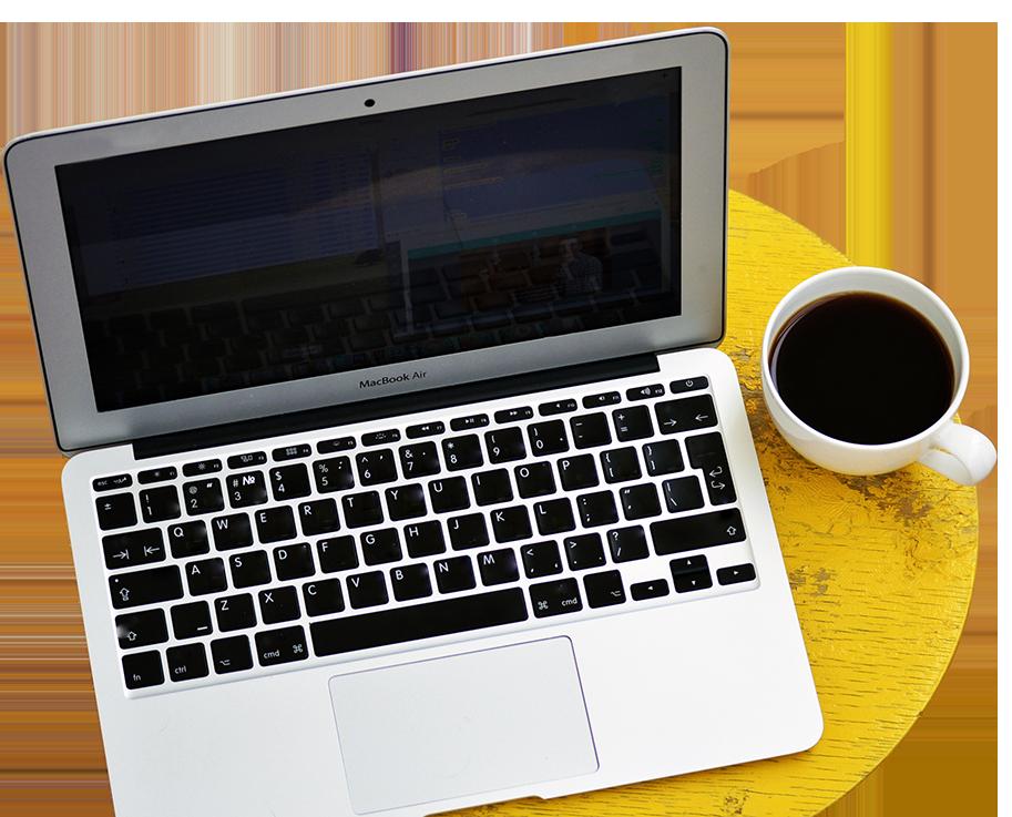 Ordinateur avec café, partie de la stratégie en marketing digital