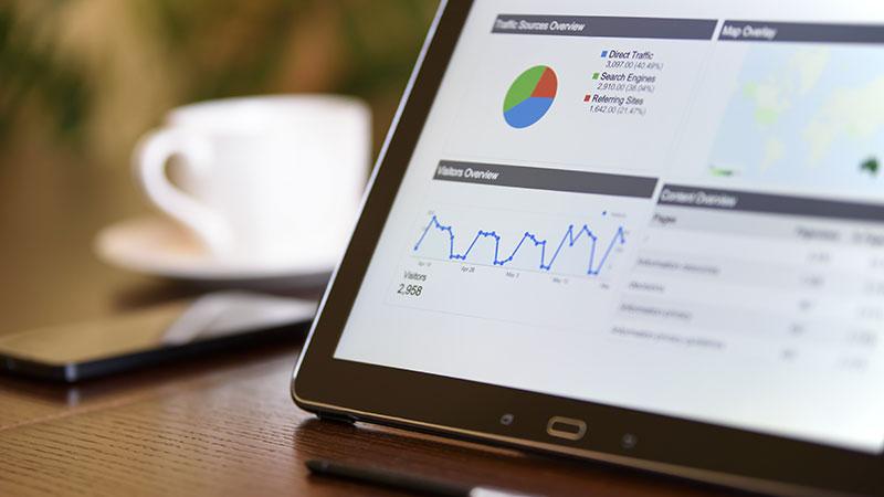 iPad avec analytics, qui fait partie de la stratégie en marketing digital